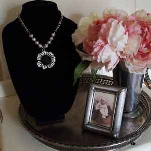 Jewelry - Silver flower necklace with stones.